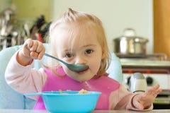 Het eten van meisje stock afbeelding