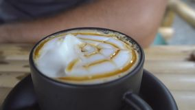 Het eten van melkachtig schuim op cappuccino stock video