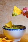 Het eten van nachos met onderdompeling Stock Foto's