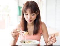 Het eten van noedels Stock Foto