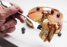 Het eten van Pannekoeken Stock Fotografie