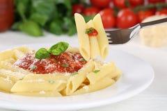 Het eten van Penne Rigate Napoli met de deegwarenmaaltijd van tomatensausnoedels stock foto