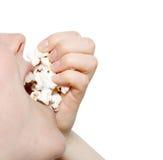 Het eten van popcorn Royalty-vrije Stock Afbeeldingen