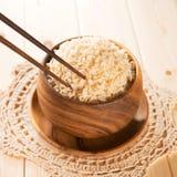 Het eten van rijst met eetstokjes. Stock Afbeeldingen