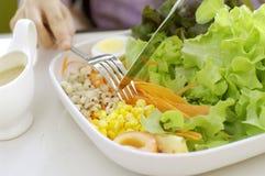 Het eten van salade, gezonde maaltijd Stock Foto