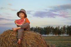Het eten van sappige watermeloen Stock Afbeeldingen
