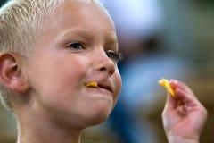Het eten van spaanders Stock Afbeeldingen
