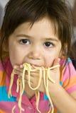 Het eten van Spaghetti Stock Afbeeldingen