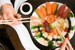 Het eten van Sushi Stock Foto's