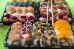 Het eten van sushi met eetstokjes stock foto