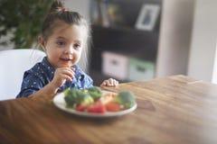 Het eten van verse vegies stock afbeeldingen