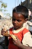 Het eten van Voedsel in Armoede Stock Afbeeldingen