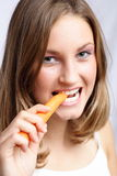 Het eten van wortel Stock Afbeelding