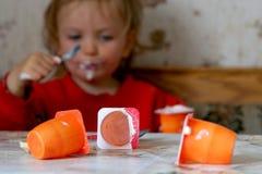 Het eten van yoghurt Stock Afbeeldingen