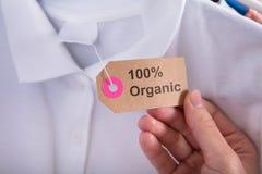 Het Etiket die van de vrouwenholding 100 Percenten tonen Organische Katoenen royalty-vrije stock afbeeldingen
