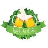 Het etiket van de Dag van heilige Patrick met bier en lint Stock Afbeeldingen