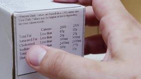 Het Etiket van de lezingsvoeding bij Voedsel de Verpakking stock footage