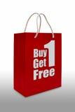 Het etiket van de verkoop op rode het winkelen document zak Stock Foto