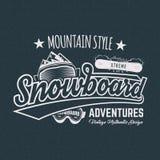 Het etiket van de winter snowboard sporten, t-shirt Uitstekend het overhemdsontwerp van de bergstijl Openluchtavonturentypografie stock illustratie