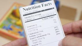 Het Etiket van voedingsfeiten op Voedseldoos stock videobeelden