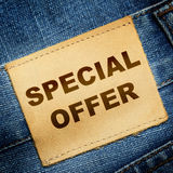 Het etiketSPECIALE AANBIEDING van jeans Stock Foto