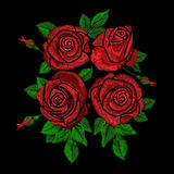 Het etnische bloemenpatroon van de borduurwerktendens met rode rozen Stock Afbeeldingen