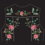 Het etnische bloemenpatroon van de borduurwerktendens met rozen en butterflie Stock Afbeeldingen