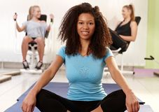 Het etnische meisje ontspannen bij de gymnastiek Royalty-vrije Stock Afbeeldingen