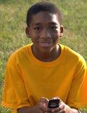 Het etnische tiener texting Stock Foto