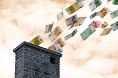 Het euro geld vliegt omhoog de schoorsteen stock fotografie