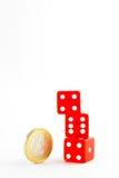 Het euro muntstuk dichtbij een stapel van rood dobbelt Royalty-vrije Stock Afbeeldingen