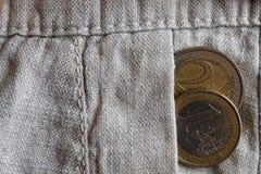 Het euro muntstuk met een benaming van één en twee euro in de zak oud linnen hijgt Royalty-vrije Stock Afbeelding