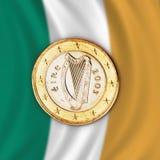 Het euro muntstuk tegen Ierse vlag, sluit omhoog Stock Afbeelding