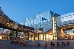 Het Europees Parlement de Bouw in Brussel bij schemer Royalty-vrije Stock Foto's