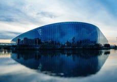 Het Europees Parlement de bouw in Straatsburg bij schemer stock afbeelding