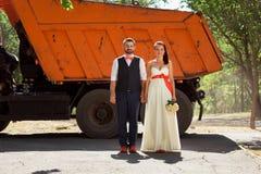 Het Europese bruid en bruidegom kussen in het park stock foto's