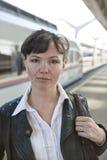 Het Europese meisje en de trein Stock Foto's