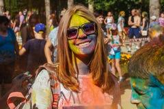 Het Europese meisje viert festival Holi Stock Afbeelding