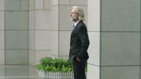 Het Europese zakenman het lopen bevindende kijken rond het denken stock video