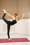 Het in evenwicht brengen op één been Stock Foto's