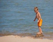 Het In evenwicht brengen van de jongen op een Rots Royalty-vrije Stock Foto