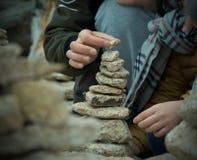 Het in evenwicht brengen van de stapel van steen Stock Foto's