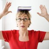Het in evenwicht brengende boek van de vrouw. Royalty-vrije Stock Afbeeldingen