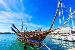 Het exemplaar van het Argoschip van voorhistorisch schip in haven Volos, Griekenland royalty-vrije stock fotografie