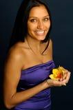 Het exotische meisje houdt de orchidee Stock Afbeelding