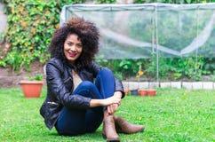 Het exotische mooie jonge meisje ontspannen in de tuin Stock Afbeelding