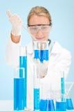 Het experiment van de chemie - wetenschapper in laboratorium Stock Foto's