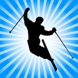 Het extreme skiër springen Stock Fotografie