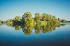 Het fabelachtige eiland van de bezinningsrivier in rustige oppervlakte van het water De Oekraïne, de Dnieper-rivier, nabijheid va Royalty-vrije Stock Foto