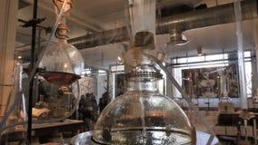 Het farmaceutische of kosmetische materiaal van het fabriekslaboratorium op tribunes stock footage